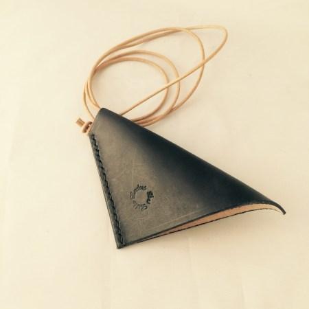 Nøgleklokke i sort kernelæder med snøre Det Lille Læderi