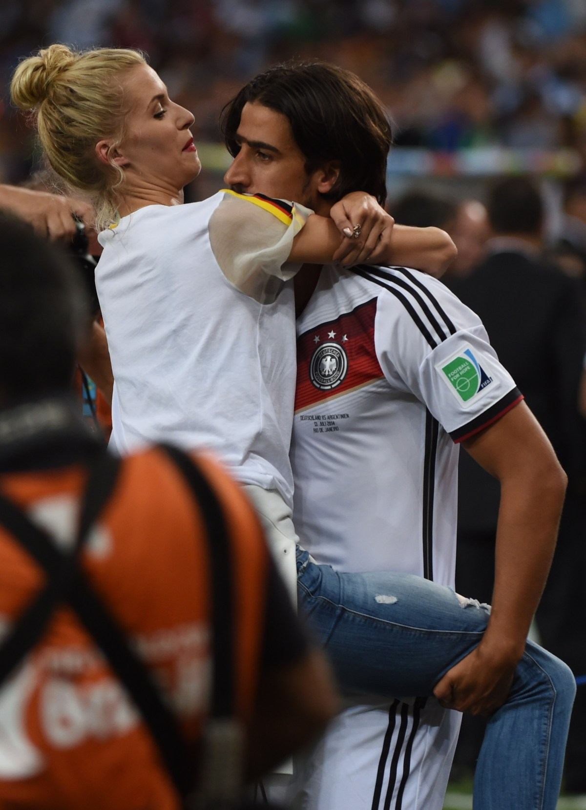 Sami Khedira with his wife Lena Gercke (credit: AFP / Patrik Stollarz)