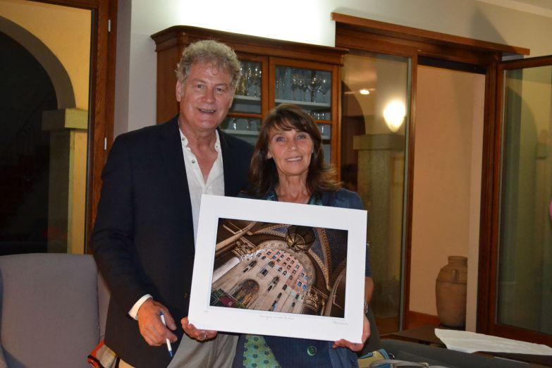 Richard e Gianna con un'opera di Richard