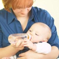 """Как правильно кормить новорожденного ребенка: """"искусственники"""" и """"натуралы"""""""