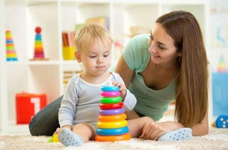 kak nauchit rebenka sobirat piramidku - Ребенок 1-3 месяца: правила общения с грудничками
