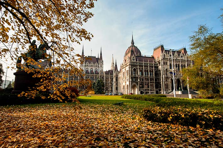 Parlamentsbygningen i Budapest sett fra landsida.