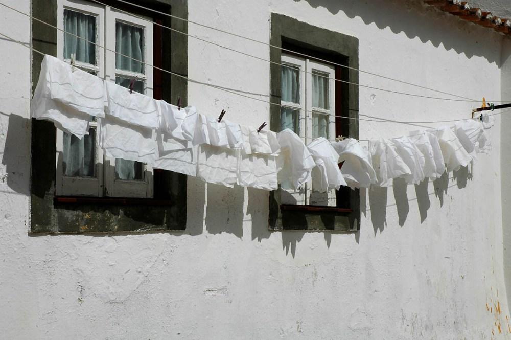 klesvask på snor utenfor hus i Obidos