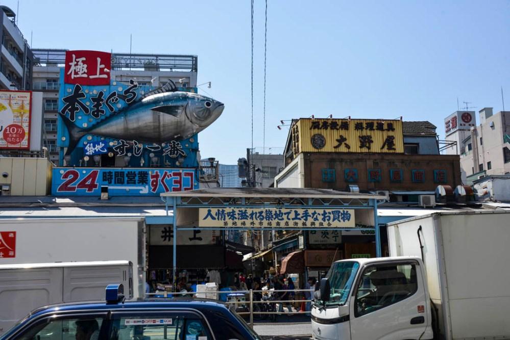 Modell av tunfisk utenfor fiskemarkedet Tsukiji i Tokyo