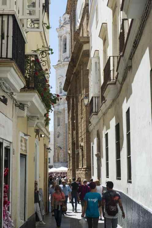 Katedralen og gate i Cadiz' gamleby