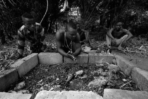 Voodooseremoni i skogen i Benin