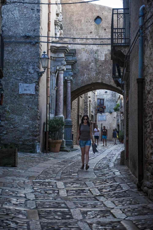 Gate i åstoppbyen Erice på Sicilia