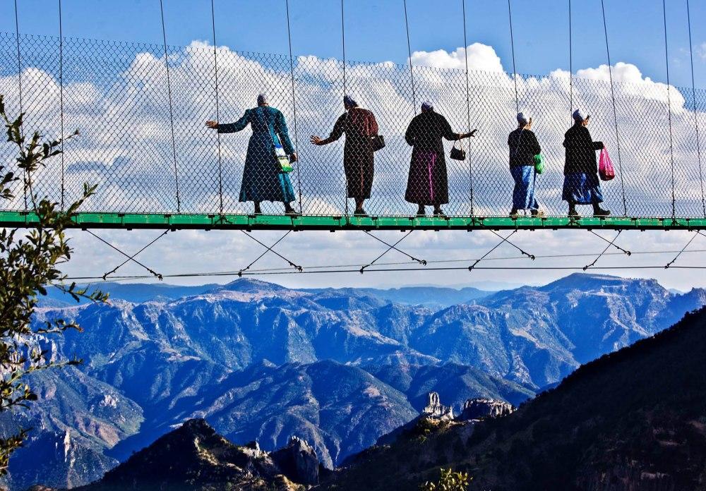 Fem mennonitter går over hengebroen ved Divisadero. Foto: Terje Bringedal