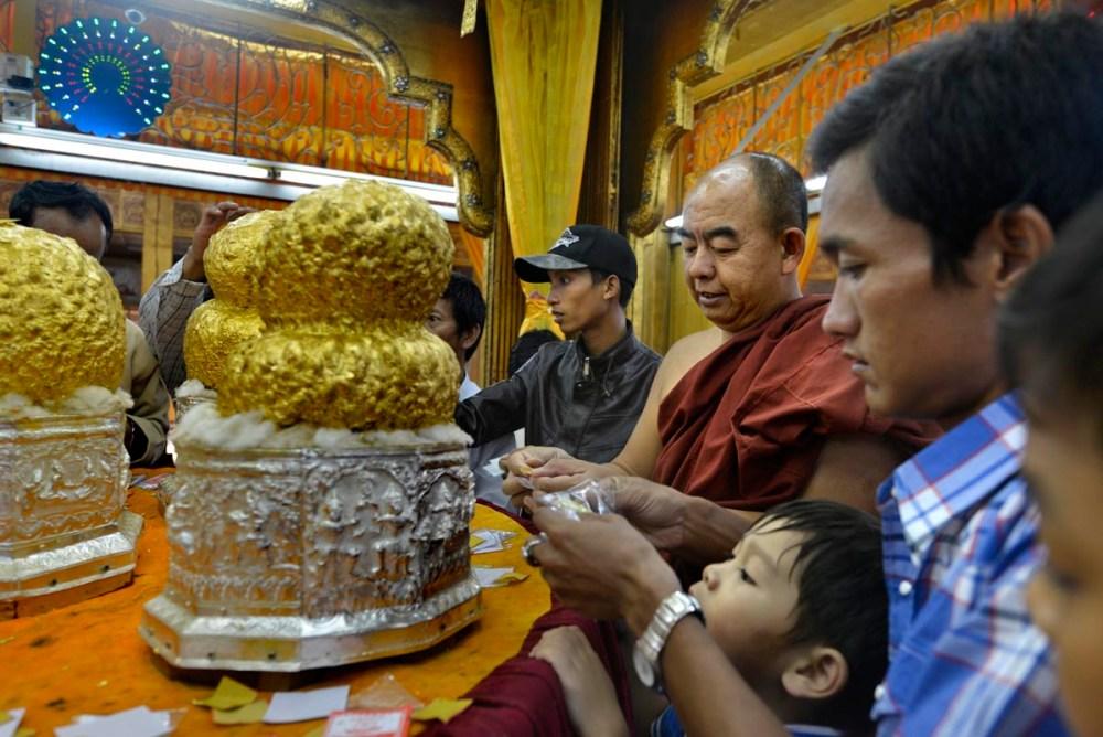 Buddhastatuer i Phaung Daw Oo Paya på Inlesjøen.