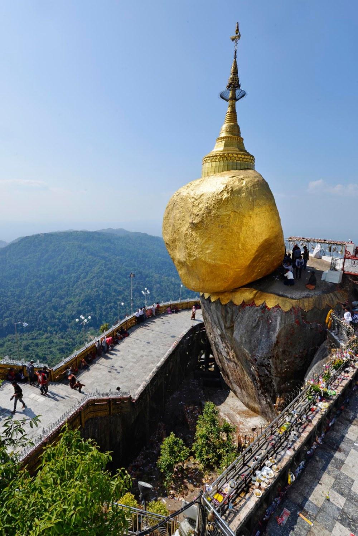 The Golden Rock på Mount Kyatkiyo i Myanmar