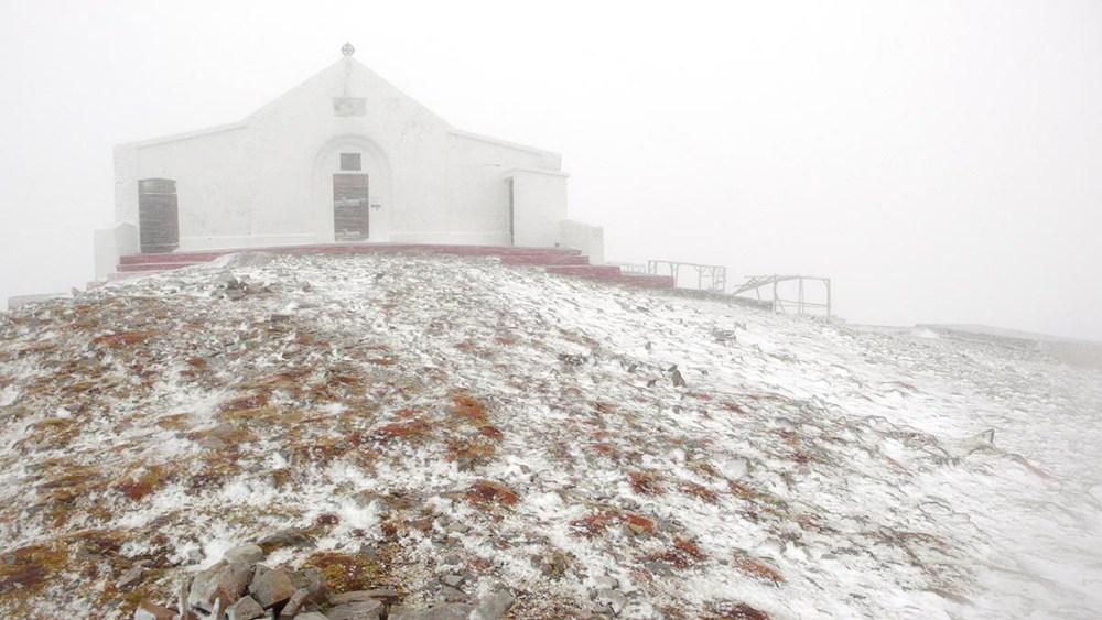 Kapellet på Croagh Patrick i snø