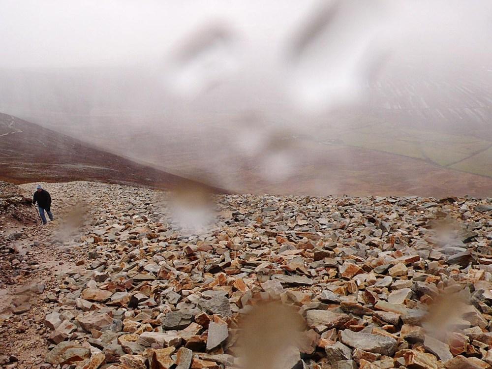 Sti mot Croagh Patrick i regnvær