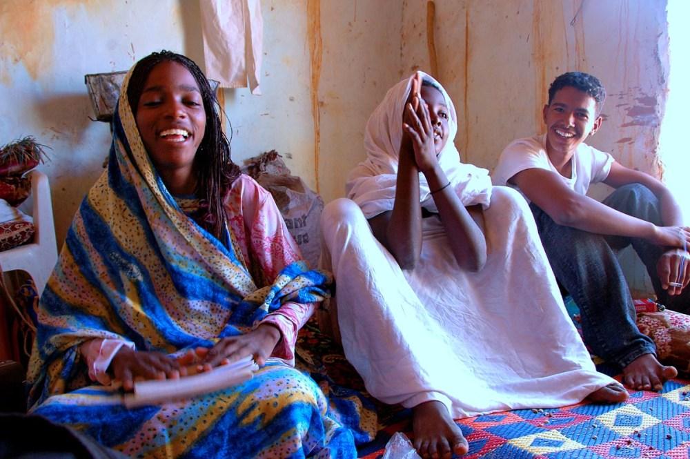 Tre ungdommer i Chinguetti Mauritania