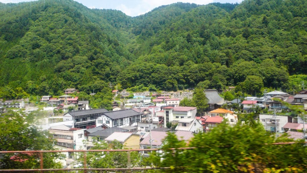 Landskap langs Shinonoi-toget i Japan