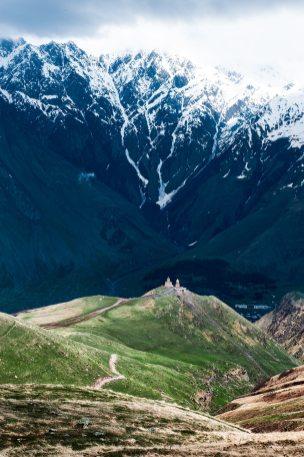 Tsminda Sameba sett fra fjelltur videre oppover.