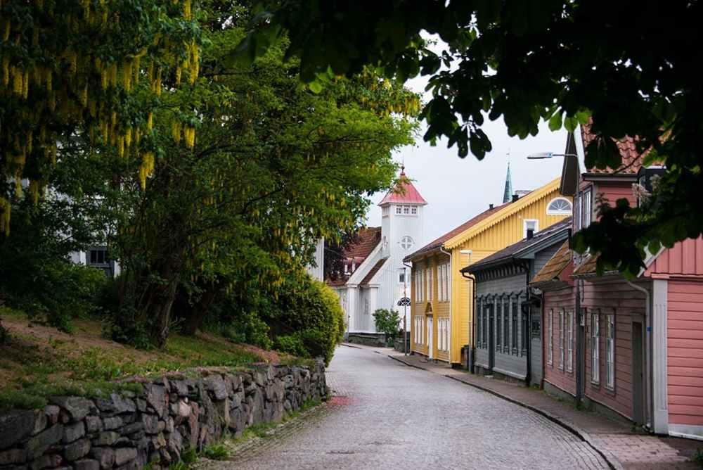 Västra gatan i Kungälv og Kungälvs kyrka nederst.