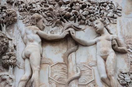 Paradis i stukkatur utenfor domkirken i Orvieto