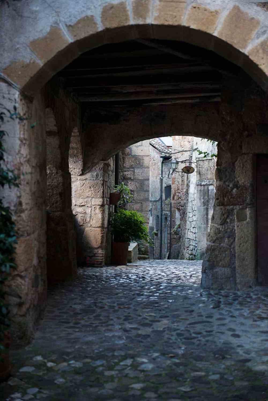 Portal i en smal gate i Sorano i Sør-Toscana.
