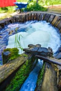 Gammeldags vaskeri som bruker bekkestryk og trestamp