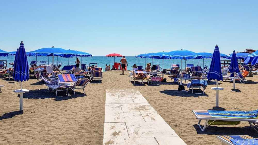 Solsenger og parasoller på en strand i Lido di Ostia
