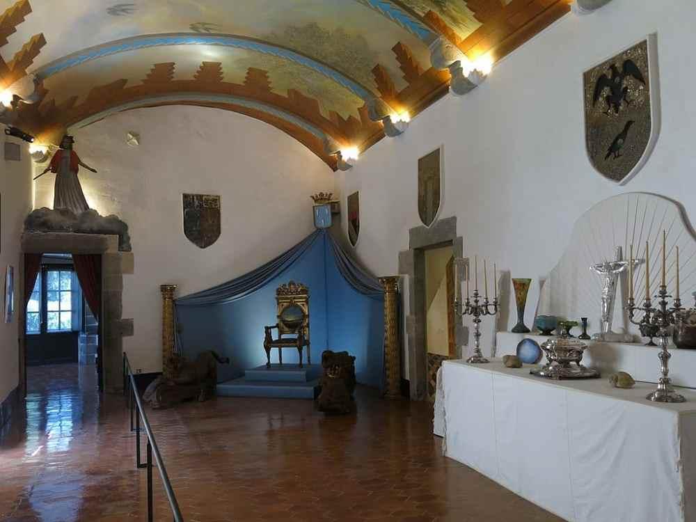 1024px-062_Castell_de_Púbol_(Casa_Museu_Gala_Dalí),_saló_dels_escuts