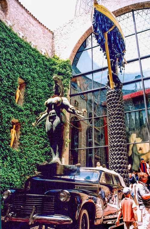 Rainy Cadillac i Theatre Museum Dali i Figueres