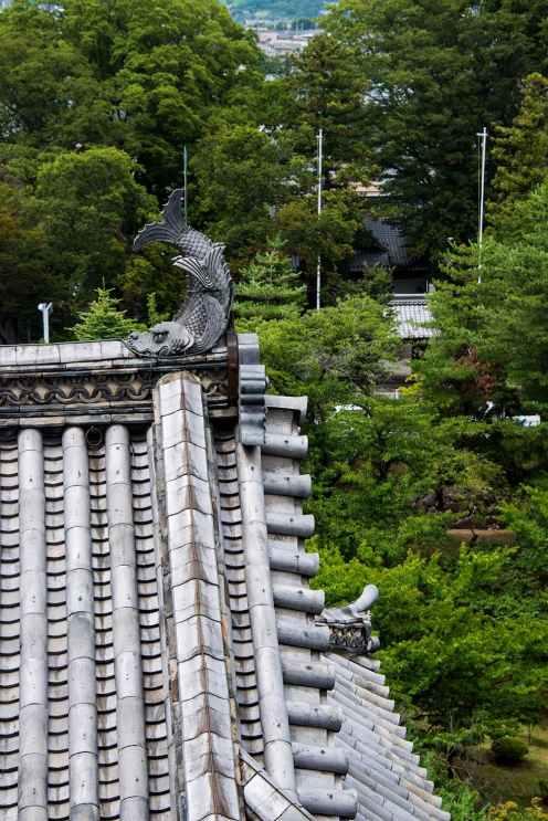 Symbolsk dyr på taket av Matsumoto-borgen i Japan