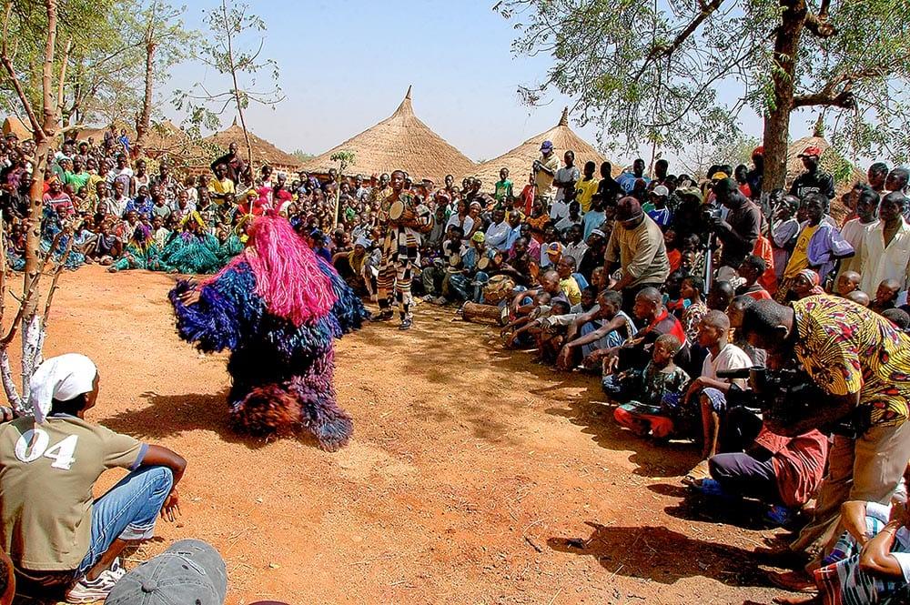Tradisjonell dans i Burkina Faso i Vest-Afrika