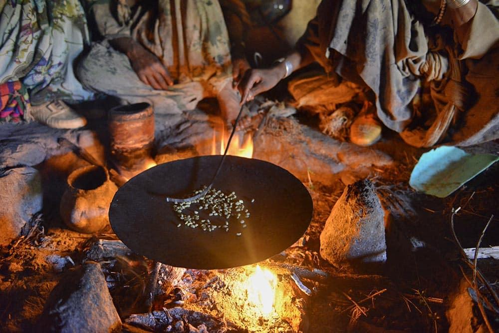 Etiopiske kaffebønner over bål