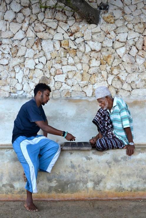 To menn spiller spillet bao på Lamu i Kenya