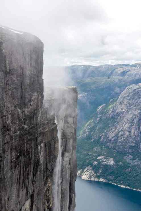 Natur nær Kjeragbolten med Lysefjorden nedenfor