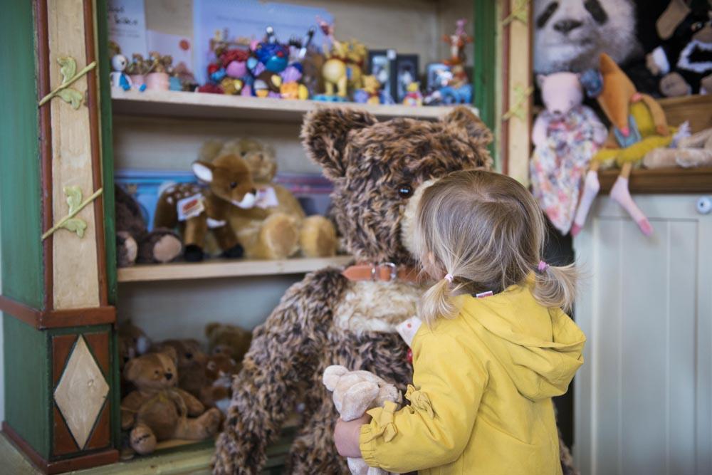 Liten jente i Skagen bamsemuseum