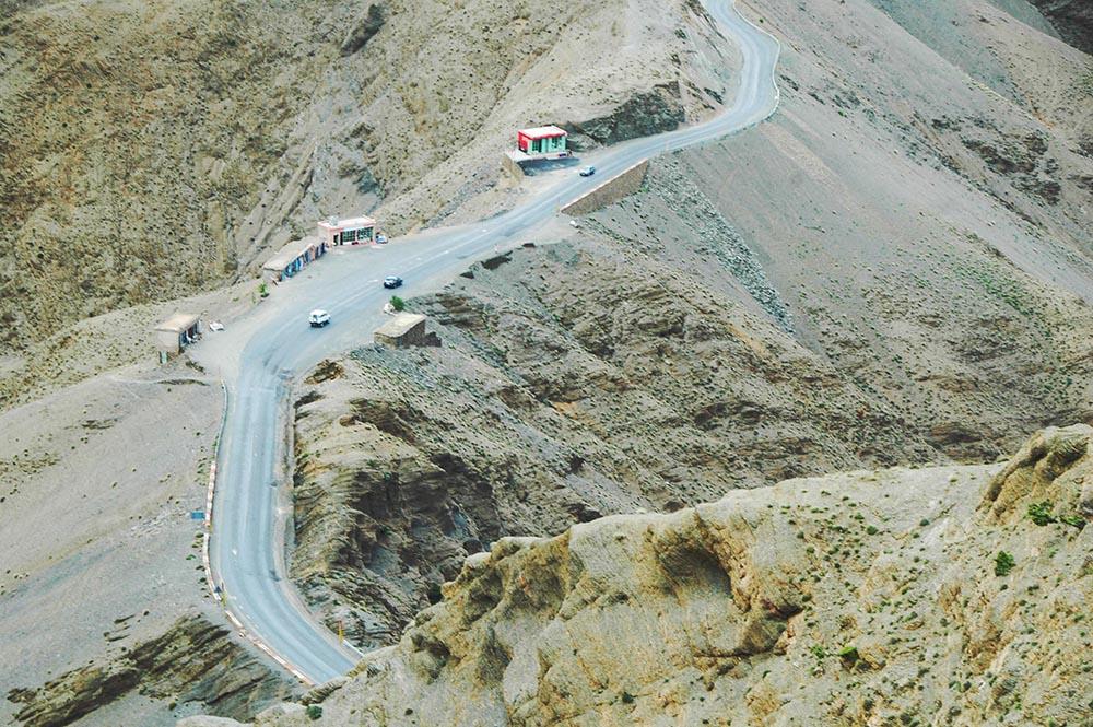Veien gjennom passet Tizi n'Tichka i Marokko