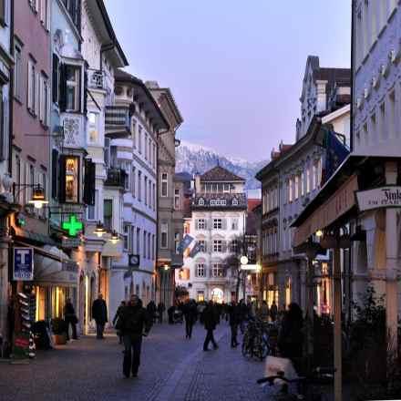 Bolzano og Alpene i bakgrunnen.