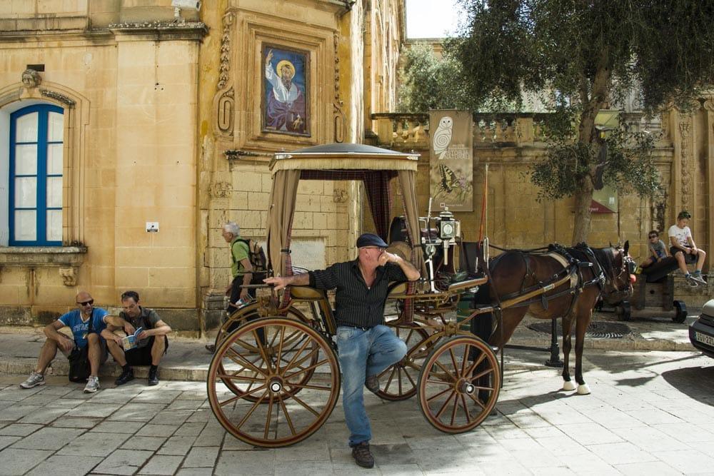 Hest og vogn i den gamle hovedstaden Mdina på Malta
