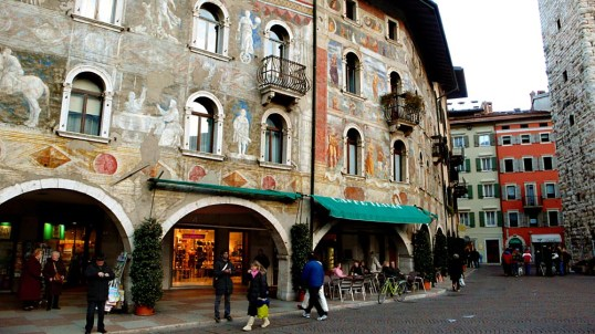 Utsmykkede fasader i Trento i Italia