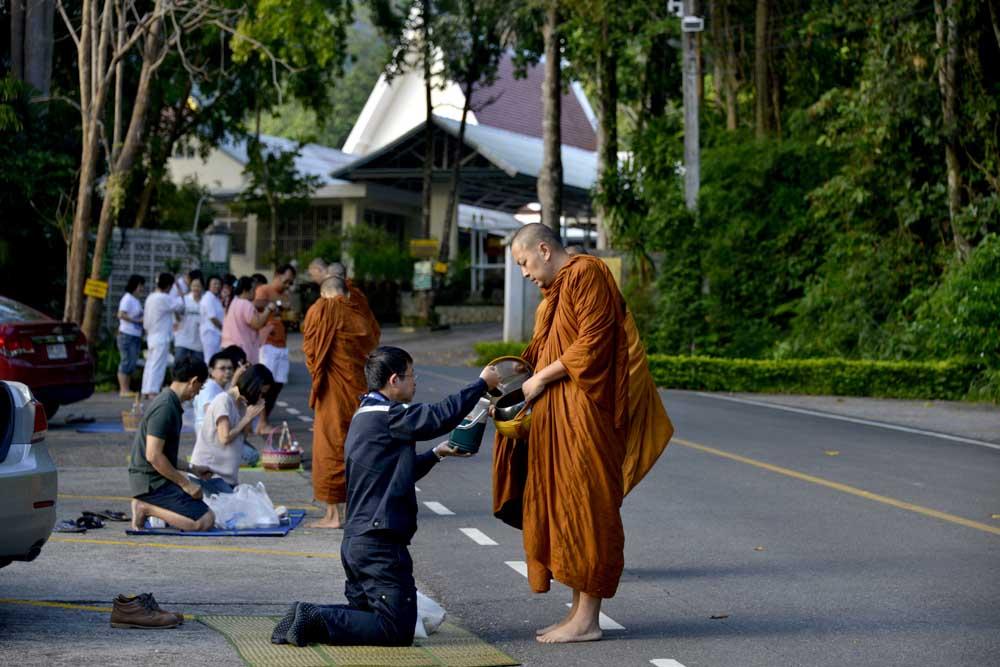 Thaier gir almisser til buddhistmunker i Wat Marp Jam