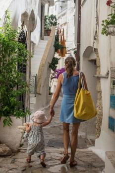 Et lite barn på ferie med moren sin