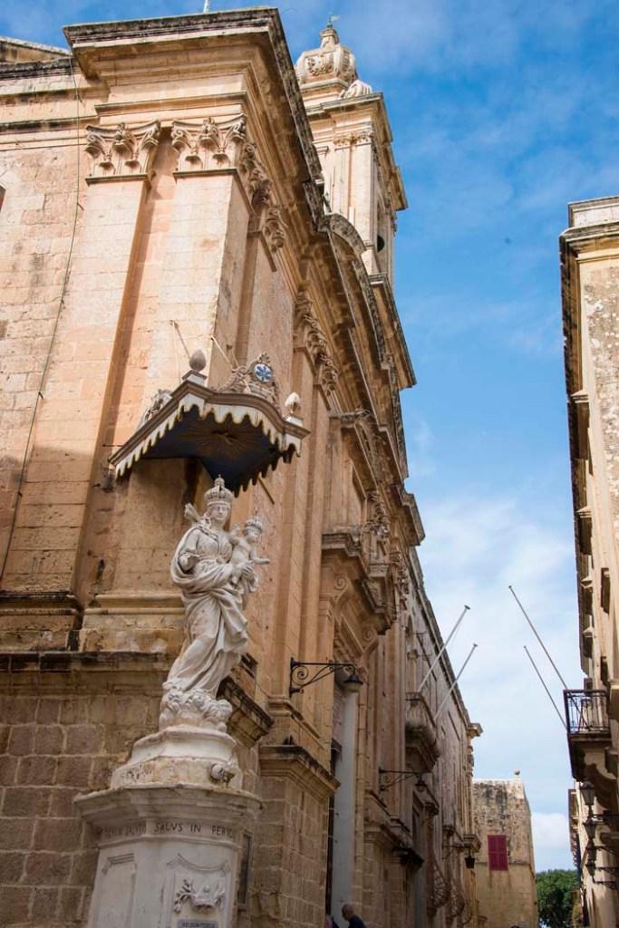 Gatehjørne med skulptur i Mdina