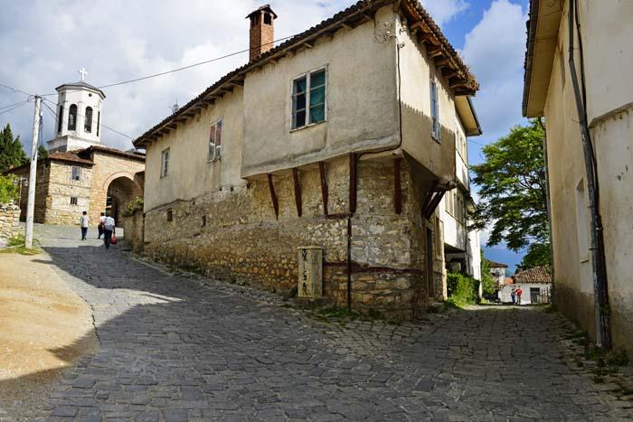 Gate i Ohrid med kirken Sveta Bogorodica Periblepta i venstre bildekant