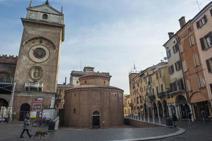 Piazza delle Erbe med Rotonda di San Lorenzo  i Mantova