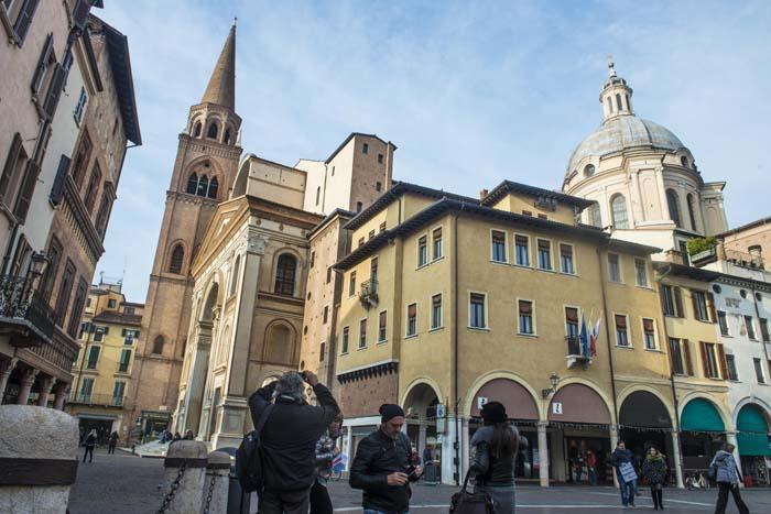 Basilica di Sant' Andrea sett fra Piazza delle Erbe i Mantova