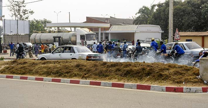 lang kø ved bensinstasjon i Benin