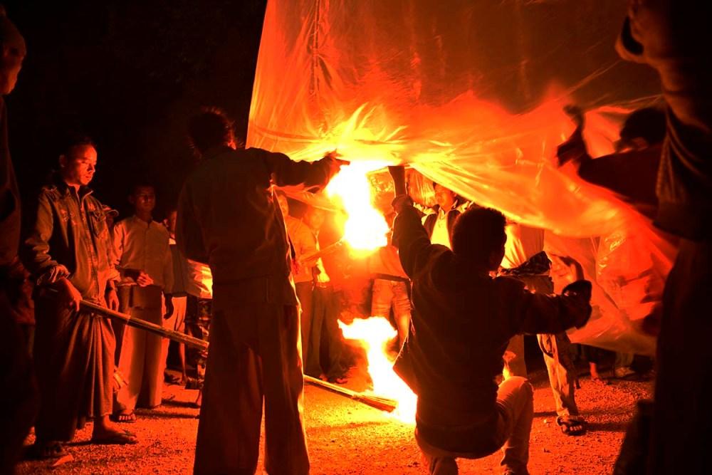 folk tenner på varmluftballong i myanmar