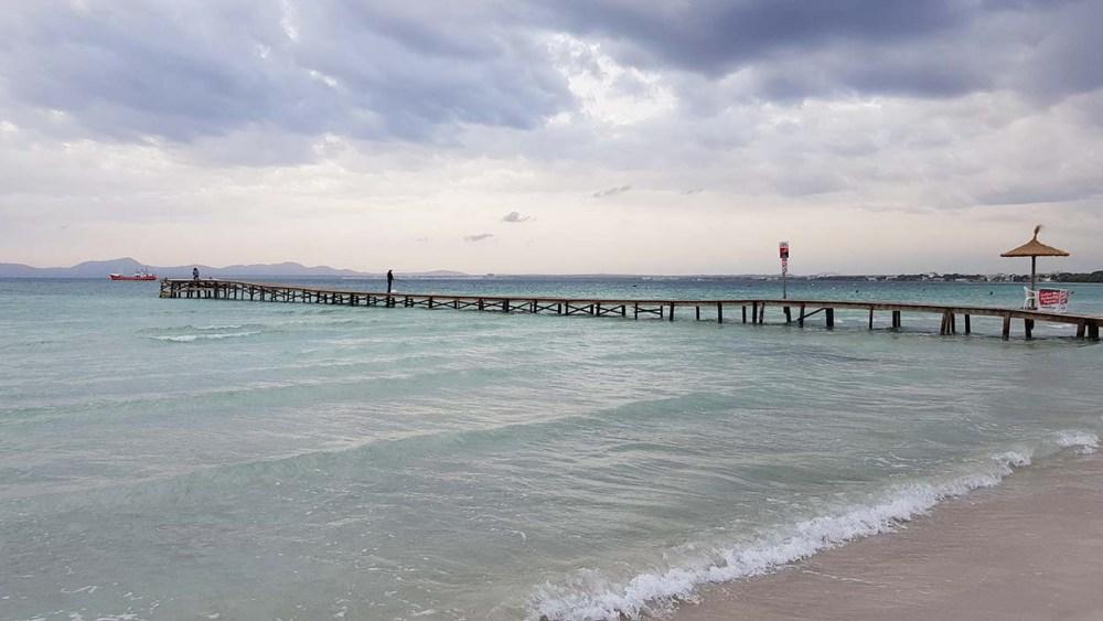 Brygge langs stranda i Port d'Alcudia på Mallorca
