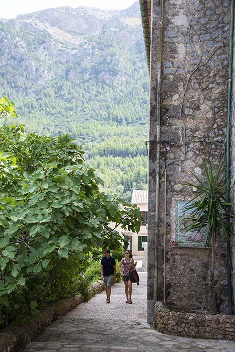 Trappa opp mot kirken i Deià