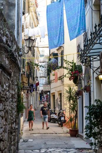 En gate i gamlebyen i Korfu by