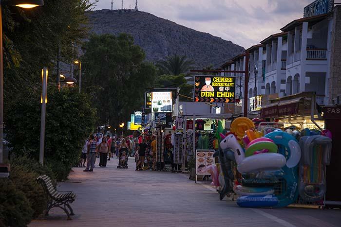 Hovedgata i Port d'Alcudia på kveldstid