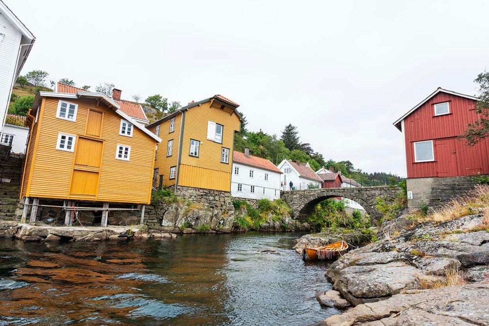 Brua over Sokna i Sogndalstrand