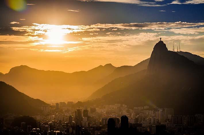 Corcovado og Kristusstatuen sett på avstand